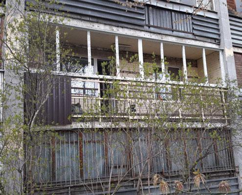 Отделка балкона с улицы профнастилом