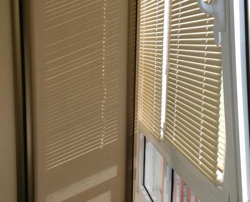 Монтаж жалюзи на балконе