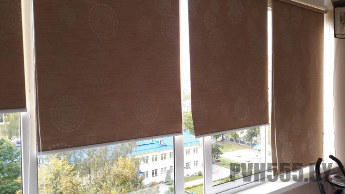 Монтаж ролл штор на балконе 16